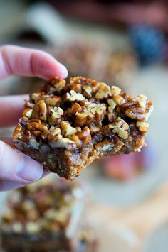 Paleo Pecan Pie Bars - You won't be able to stop eating these! They are so EASY to make and too dangerous to have around. BEST EVER pecan bars! vegan healthy pecan pie