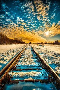 Trilhos na neve, Saskatchewan, Canadá.