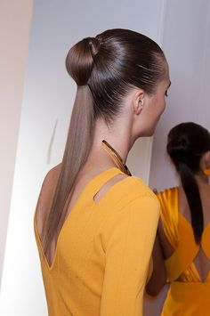 """Dvojitým culíkem se chlubily modelky, předvádějící pro Cushnie Et Ochs. """"Pro ultra hladký look musí být vlasy vyžehlené. Po vytvoření culíku z něj vytáhněte tenký pramínek vlasů a gumičku obmotejte tak, aby nebyla vidět. Zespodu pramínek upevněte vlásenkou. Druhý culík udělejte níže,"""" radí Pavlína Fulínová; Profimedia"""