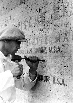1936, Les résultats sont sculptés sur le mur du stade Olympique   Photo: Paul Wolff Jeux