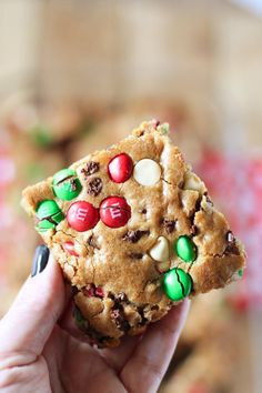 Im super excited to share these delicious M&Ms Christmas Cookie Bars! The recipe is really, really good and perfect for holiday baking. These are easy to make and packed with chocolate, yum! The texture of the M&MS with the mini chocolate chips and whi Best Christmas Cookies, Christmas Snacks, Christmas Cooking, Holiday Cookies, Holiday Treats, Holiday Recipes, Baked Goods For Christmas Gifts, Recipes For Sweets, Best Christmas Cookie Recipes