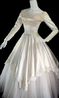 1950 vintage wedding dress this is cool in an old timy way if I were having an old hollywood themed wedding this would be my dress