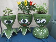 39 Cheap and Easy DIY Garden Ideas Everyone Can Do - Decoration Fireplace Garden art ideas Home accessories Plastic Bottle Planter, Reuse Plastic Bottles, Plastic Bottle Crafts, Recycled Bottles, Recycled Garden, Recycled Crafts, Diy And Crafts, Crafts For Kids, Diy Simple