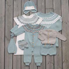 «Vi er nok en smule forelska i disse fargene :) Høst og… Knitting For Kids, Baby Knitting Patterns, Baby Patterns, Pinterest Baby, Crochet Baby, Knit Crochet, Knitted Baby Outfits, Baby Barn, Baby Pullover
