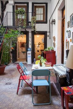 María y Olivier. Casa de más de 100 años en su estado original. Cuatro ambientes y un patio distribuidor en San Telmo, Ciudad de Buenos Aires.