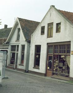 1979. Rotanmeubelwinkel aan de Korte Prinsenstraat tegenover de Latijnse school.