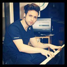 Ale toca el piano! *------* Que dulce melodia..Me encanta! *------------*