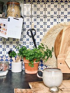 ATELIER RUE VERTE , le blog: Décorer et désencombrer sa cuisine sans percer les murs Kitchen Pantry, Kitchen Dining, Crochet Metal, Architecture Renovation, Rue Verte, Sweetest Day, Housekeeping, Love Food, New Homes