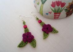 #crochet #handmade.Primaverales pendientes con flor púrpura y hojitas verdes diseñados por DIDIcrochet. Venta € 7 . http://DIDIcrochet.dawanda.com