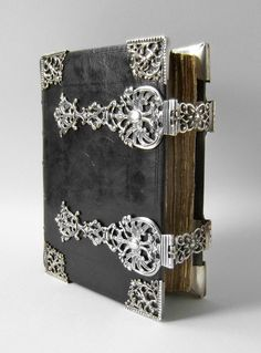 Amsterdam - Ao 1720. what a beautiful old book with silver clasps. a bible?