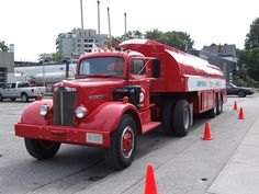 WHITE FREIGHTLINER.Like these old style trucks