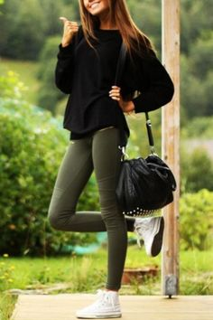 Casual: army green pants + converse + sweater = simple & cute, this makes me want white high tops. Street Style Outfits, Looks Street Style, Outfits With Converse, Casual Outfits, Converse Shoes, Outfits With Green Jeans, Converse High Tops How To Wear, All Black Converse Outfit, Cheap Converse