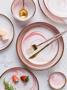 Ashley Pink, Ceramic Dinnerware in Pink Marble Design and Gold Trim Ashley Pink dinnerware collectio Marble Case, Pink Marble, Bohemian Kitchen, Bohemian Decor, Terracotta, Gold Cutlery, Cutlery Set, Ceramic Tableware, Kitchenware