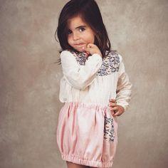 Falda para niña confeccionada en espiga rosa, con detalle de estampado de pájaros en el bolsillo #kids #corazondeleonkids #moda #madeinSpain #bolsillo #falda #rosa #pajaros #birds #espiga #AW15-16 #pink
