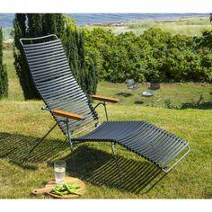Solstol med sorte bevægelige og aftagelige plast lameller, bambus armlæn og stålgråt metalstel.