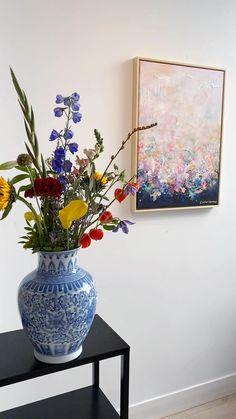 Abstract schilderij | pastelkleuren | kunst | wonen met kunst | kunst in huis | interieurinspiratie | woonidee Nordic Interior, Luxury Interior Design, Modern Interior, Living Room Colors, Glass Vase, Abstract Art, Original Art, Wall Art, Books