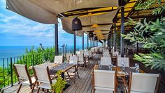 Tasty gourmet specialties at El Balcon del Mundo, local style food at Bistro Turquoise, or cocktails and BBQ lunch at the Pool Bar. Come and savor!