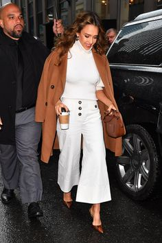 Jessica Alba is dressed in a Self-Portrait Ivory Canvas Trousers and a Mulberry . - Jessica Alba is dressed in a Self-Portrait Ivory Canvas Trousers and a Mulberry Small Tenby Bag . Jessica Alba Outfit, Jessica Alba Style, Jessica Alba Fashion, Fashion Fail, Fashion Tv, Work Fashion, Star Fashion, Womens Fashion, Celebrity Tattoos Women