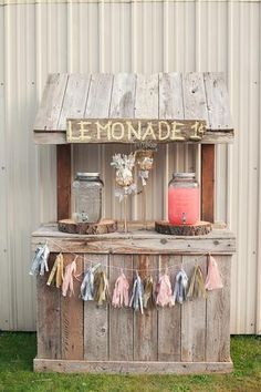 A spectacular teachable moment is the lemonade stand for children and a really fun one for parents, we invite you to take on your DIY Lemonade Sand project! Kids Lemonade Stands, Bar Deco, Drink Stand, Farm Stand, Bar Drinks, Drink Bar, Outdoor Parties, Rustic Wedding, Chic Wedding