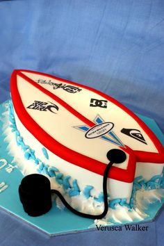 Surfboard Cake by ~Verusca on deviantART would make a great Groom's cake Mini Tortillas, Surfer Cake, Surfboard Cake, Deco Surf, Surfer Party, Pool Cake, Hawaian Party, Beach Cakes, Festa Party
