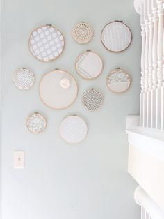 renewal of an idea seen and reviewed on the web: embroidery rings displayed on the wall, this time with lace, subtle pastel color with the b ...