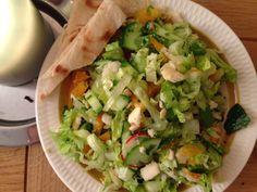 Vår vri på den klassiske arabiske brødsalaten. Vi brukte nanbrød med hvitløk - og resultatet ble et fyrverkeri av en salat. Anbefales.