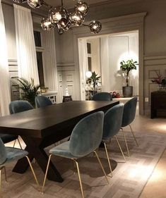 Today we are going to show you some of the most dazzling blue dining room designs along with some basic design tips that will help you define your own dining room style. Just keep scrolling and fall in love with these mesmerizing modern dining room ideas. Dining Room Blue, Dining Room Design, Interior Design Living Room, Modern Dining Rooms, Luxury Dining Room, Modern Dining Room Lighting, Modern Dinning Room Ideas, Kitchen Dining, Dining Room Ceiling Lights