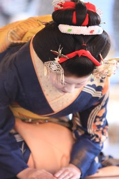Maiko 舞妓 Japanese Geisha, Japanese Style, Japanese Art, Japan Outfit, Memoirs Of A Geisha, Modern Pictures, Love Culture, Traditional Clothes, Rising Sun