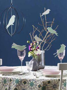 Ob wie hier als Tischdeko, auf Blumen oder als Mitbringsel, diese süßen Vogel Wäscheklammern lassen sich ganz easy selber machen.