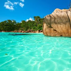 """セーシェル共和国のプララン島にある「アンス・ラジオ」をご存知ですか?このビーチは旅行師やサイトで""""世界一美しいビーチ""""とも言われており、絵に描いたような美しい海が広がっています。この記事では、訪れる旅人たちを魅了して止まないアンス・ラジオの魅力をご紹介します♪"""
