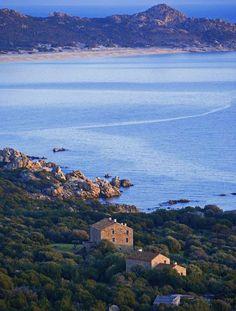 La Corse. La plage d'Erbaju (Sartène). Ses 3,5 kilomètres de sable blanc et de dunes sauront convaincre même les plus aquaphobes.