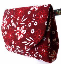 Moedeira (niqueleira) feita em cartonagem, medidas aproximadas 10x9x3cm. Você pode optar por uma pequena alça de chaveiro em níquel, que permite pendurar sua moedeira no fecho da bolsa ou onde vc desejar! R$ 23,00