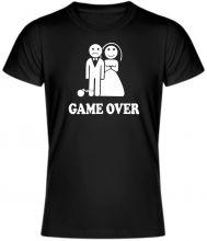 """Vtipné tričko GAME OVER. Originálne tričko s krátkym rukávom, ktoré pobaví vaše okolie zobrazuje """"šťastných"""" novomanželov. Kvalitný materiál 100% bavlna, unisex. Dostupné vo viacerých farbách a veľkostiach. Svadobné tričko - game over je vhodné pre všetkých novomanželov alebo odporcov svadby."""
