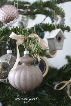 Ilyenkor, karácsony után fantasztikusan olcsón lehet hozzájutni a maradék dekorációs elemekhez a tescoban. Nem így az auchanban, ahol 28-án már üresek voltak a részleg polcai, ám ebben az esetben szerencsém volt és 145 ft-ért bevásároltam ezekből a nagy, lila, műanyag…