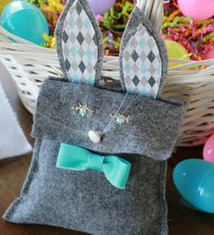 Felt Easter bunny bags add a cute touch to any basket or table. A free pattern, felt and fabric stiffener make this sewing craft easy and inexpensive. - Everyday Dishes & DIY