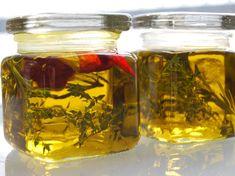 Rezept für ein Zitronenöl zum selber machen. Das Zitronenöl eignet sich für Salate und passt gut zu Gegrilltem und Fisch.