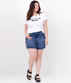 c686217f5f0a5 Short feminino Curve Size Modelo Boyfriend Com barra cortada Com detalhe  floral na lateral Marca  Ashua Tecido  Jeans Composição  100% algodão  Modelo veste ...