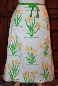 Vintage 70s The Vested Gentress White Daffodil Floral Novelty Midi Skirt Fits XS #TheVestedGentress #1970sFashion #70sFashion #1970s #VestedGentress #Aline #WrapSkirt #Vintage #Skirt #VintageFashion #Daffodil #Floral #Kitsch #Kitschy #NoveltySkirt #NoveltyPrint
