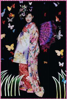 Just like Mr. Shu Uemura gave freedom to his creation, Japanese contemporary kimono artist, Mamechiyo, fuses tradition with a modern sensitivity in her kimono designs.