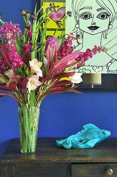 O contraste das flores com a parede e com o quadro fez toda a diferença nesta composição