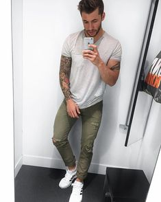 Khaki-Jeans Stylish Men, Men Casual, Estilo Dark, Urban Fashion, Mens Fashion, Olive Jeans, Khaki Jeans, Mens Trends, Well Dressed Men