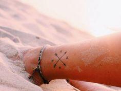 Envie de craquer pour un joli petit mini tattoo sur les pieds ? Focus : boussole