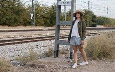 autumn look, autumn outfit, militar parka, look con parka militar, converse blancas, look con short y converse, look con sombrero