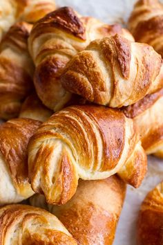 You'll fall hard for these amazingly delicious and extra flaky crescent rolls. The secret to make crescent rolls extra flaky? It's as easy as that! Croissants, Homemade Crescent Rolls, Crescent Roll Recipes, Croissant Recipe, Rolls Recipe, Dinner Rolls, Copycat Recipes, Bread Baking, Love Food