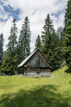 1. Etappe BergZeitReise - Fobisalm herrlich ruhig und idyllisch. . (c) stefanfilzmoser.at #hochsteiermark #bergzeitreise #wandern #mountain #mountainlove #hiking #austria #steiermark #österreich #lake #wanderlust #travel #travelsofar Mountain Love, Berg, Wanderlust, House Styles, Time Travel, Hiking, Viajes