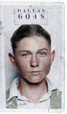 The thief Clyde Barrow in 1926 upon arrest in Dallas. Photo by My Colorful Past. Bonnie And Clyde Photos, Bonnie Clyde, Antique Photos, Vintage Photos, Gangster Party, Good Ole, Ancient Artifacts, Mug Shots, Bad Boys