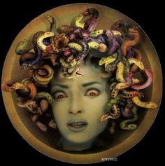 Medusa la Bella convertida en monstruo por Atenea ya que ambas competían por ser ganadoras de la Belleza. Convertida en cruel insensibilidad de ese bello rostro cuya expresión cautiva sólo para herir mejor