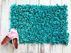 Don't toss those old clothes when you clean out your closet! Upcycle your old clothing instead! Here are some ways you can upcycle your old clothes. Diy Clothes Tutorial, Rag Rug Tutorial, Diy Tutorial, Rag Rug Diy, Diy Rugs, Inexpensive Rugs, Bathroom Crafts, Bathroom Rugs, Bathrooms