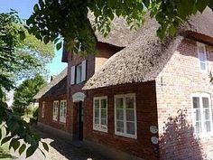 Altes Lehrerhaus auf Utersum: 3 Schlafzimmer, für bis zu 4 Personen. Altes Lehrerhaus - Reetdachhaus mit herrlichem Garten | FeWo-direkt