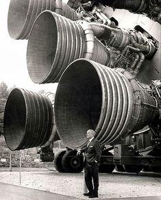 アポロ計画のサターンV 型ロケットで使用されたF-1ロケットエンジン。手前はヴェルナー・フォン・ブラウン博士